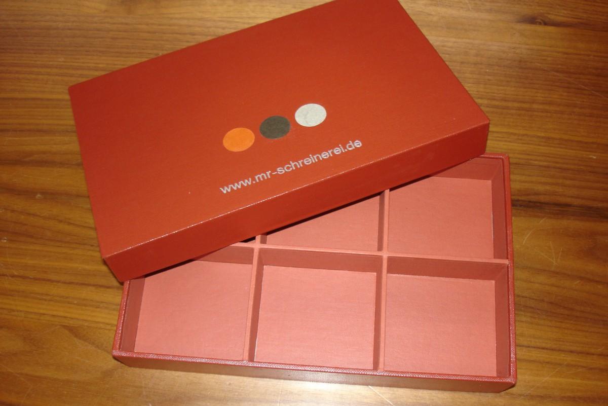 Schachtel mit Unterteilungen