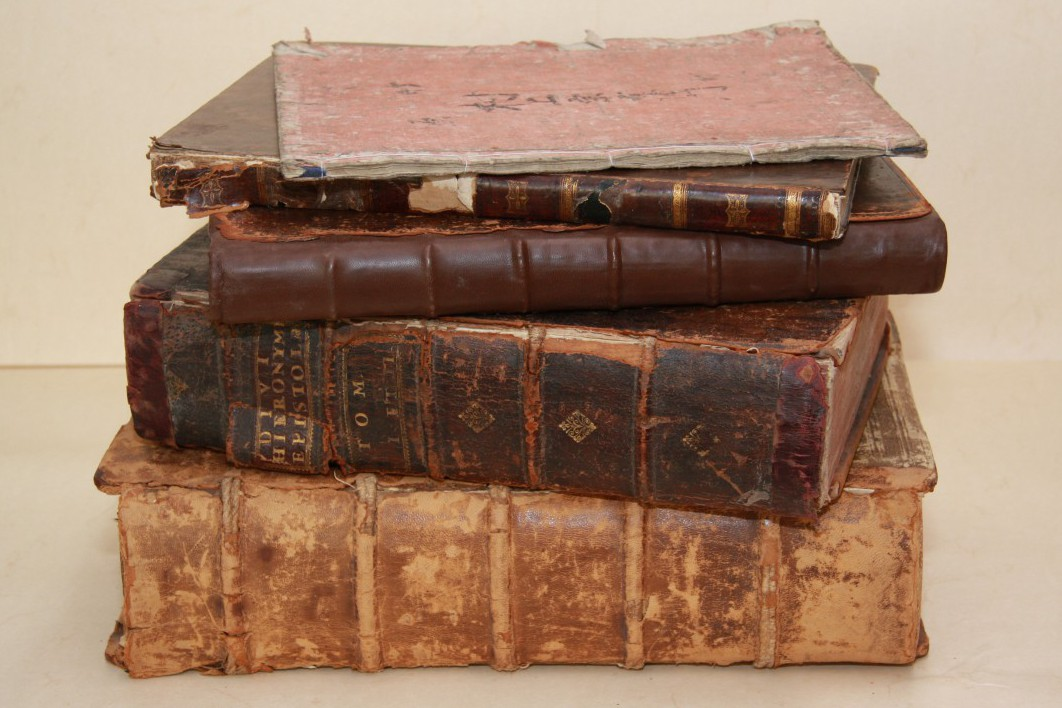 Restaurierungsbedürftige Bücher